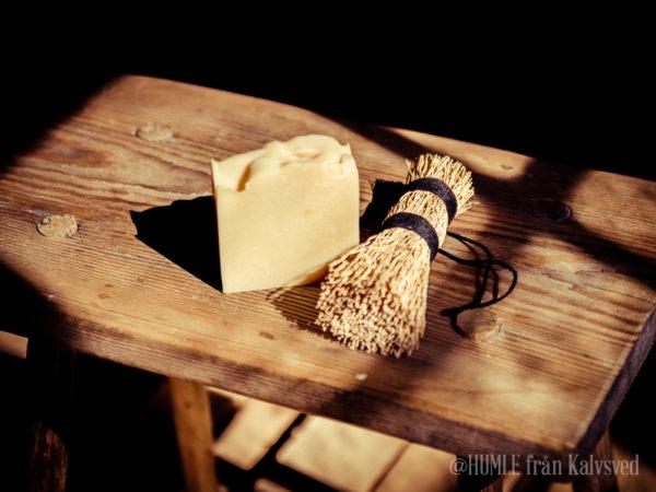 Handgjord ekologisk tvål med doft av tea tree med humleolja